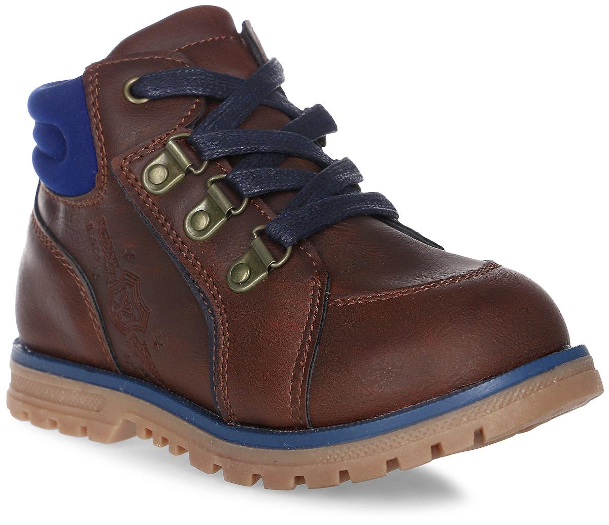 Ботинки для мальчика Indigo Kids, цвет: коричневый. 51-128B/12. Размер 2251-128B/12Очаровательные детские ботинки от Indigo Kids заинтересуют вашего модника с первого взгляда. Модель выполнена из искусственной кожи. Внутренняя поверхность и стелька выполненные из байки, предотвращают натирание и гарантируют комфорт. Подъем дополнен классической шнуровкой, которая обеспечивает плотное прилегание модели к стопе и регулирует объем. Ботинки застегиваются на застежку-молнию, расположенную на одной из боковых сторон. Подошва оснащена рифлением для лучшей сцепки с поверхностью.
