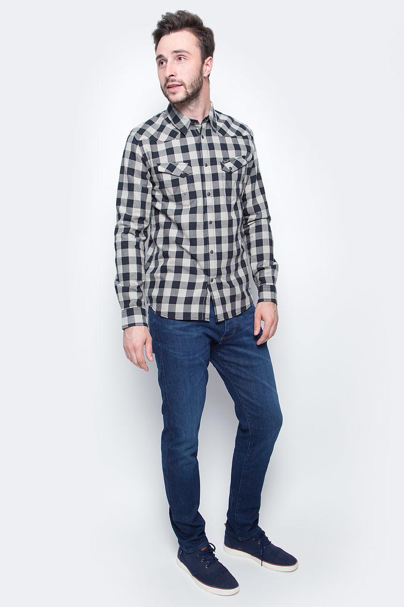 Джинсы мужские Wrangler, цвет: синий. W16ECJ027. Размер 32-34 (48-34)W16ECJ027Классические мужские джинсы изготовлены на основе хлопка. Джинсы застегиваются на пуговицу в поясе и ширинку на застежке-молнии, дополнены шлевками для ремня. Спереди модель дополнена двумя втачными карманами, одним маленьким накладным, а сзади - двумя накладными карманами. Изделие дополнено декоративными потертостями.