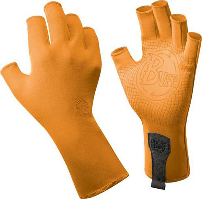 Перчатки рыболовные Buff Sport Water Solar Orange, цвет: светло-оранжевый. 15223. Размер S/M (7-7,5)Sport Water Solar OrangeТехнологичные рыболовные перчатки. Полностью с закрытыми пальцами. Выполнены из стрейтчевой ткани, комфортно облегающей кисть руки. Ладонь перчатки покрыта силиконовым принтом. Фактор защиты от солнца UPF 50+. Удлиненная манжета. Состав: 95% нейлон, 5% лайкра; принт на ладони: 100% силикон, трикотаж.