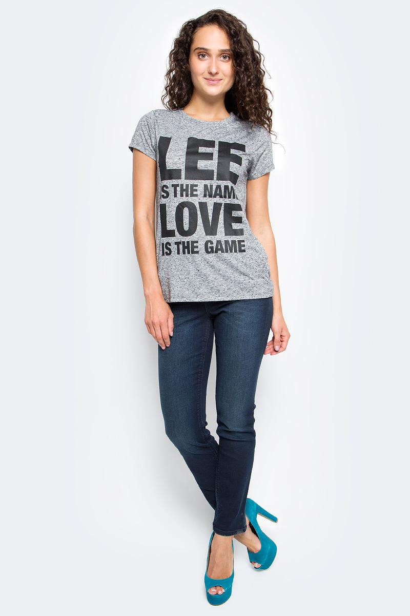 Футболка женская Lee, цвет: серый. L40HDI37. Размер L (46)L40HDI37Женская футболка Lee с коротким рукавом и круглым вырезом горловины выполнена из полиэстера с добавлением льна. Модель оформлена спереди крупной надписью.
