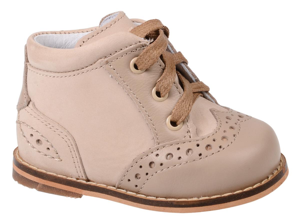 Ботинки для девочки Тотто, цвет: бежевый. 011-КП. Размер 17011-КПБотинки для девочки Тотто - это ортопедическая обувь, которая помогает правильному формированию стопы ребенка. Такая обувь необходима в детском возрасте для коррекции стоп при плоскостопии и вальгусной деформации, а также для профилактики этих состояний. Она обеспечивает правильное распределение нагрузки на передний отдел стопы и пятку, за счет чего малыш лучше удерживает равновесие и чувствует себя более уверенно. Обувь Тотто идеально подходит для детей, которые только начали ходить.Верх ботинок выполнен из натуральной кожи. Подошва изготовлена из легкой, гибкой и прочной резины, она смягчает удары от соприкосновения обуви с поверхностью, защищая детскую ножку от травм. Внутренняя поверхность и стелька выполнены из натуральной кожи. Ботинки имеют шнуровку, благодаря чему можно регулировать объем обуви. Модель дополнена перфорацией. Весь модельный ряд Тотто характеризует: плотный захват голеностопа, мягкие нейтрализующие швы, жесткий задник продлен до середины стопы, стельки со сводоподдерживающим эффектом, натуральная кожа.