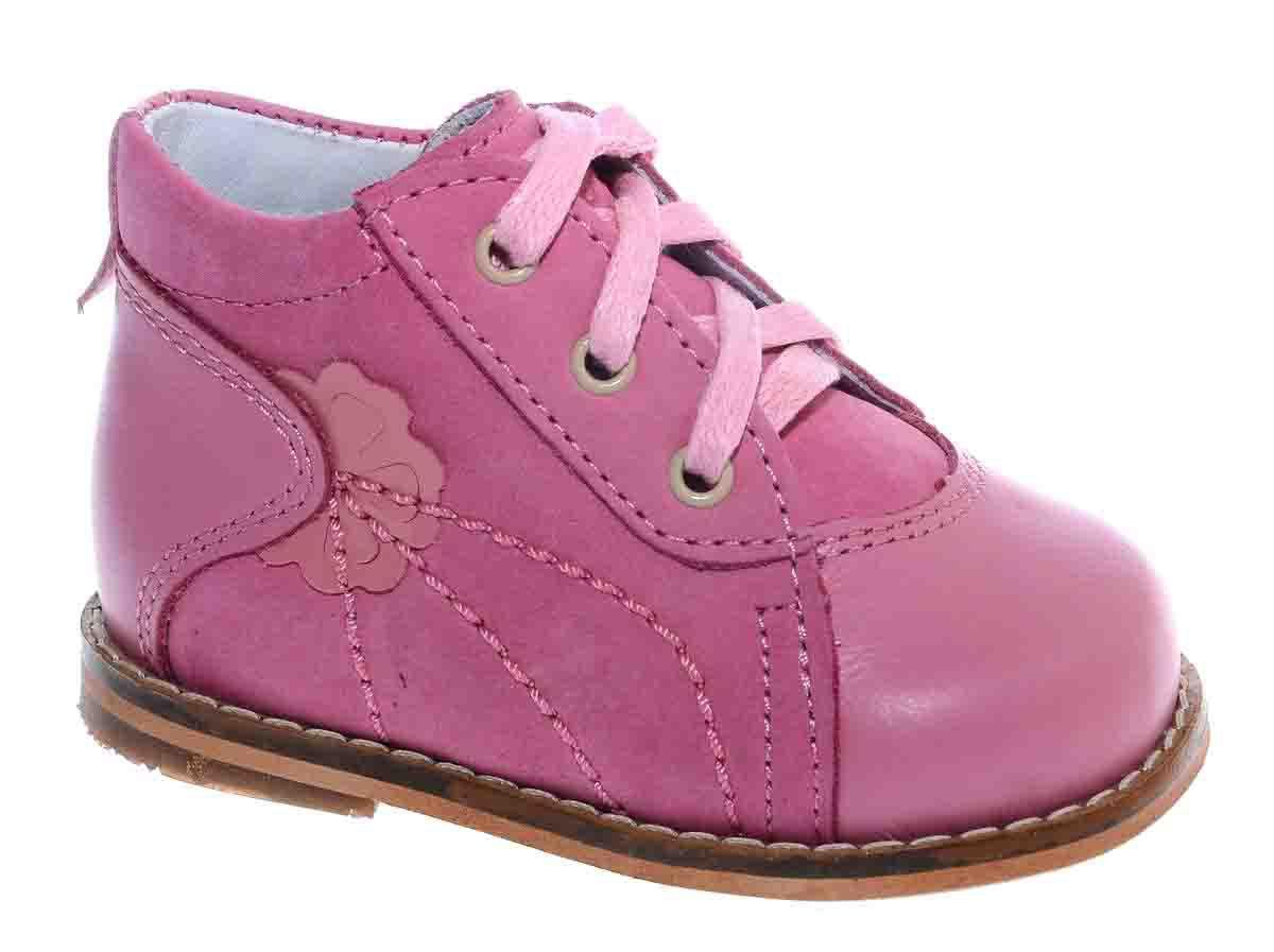 Ботинки для девочки Тотто, цвет: розовый. 037/1-КП. Размер 17037/1-КПБотинки для девочки Тотто - это ортопедическая обувь, которая помогает правильному формированию стопы ребенка. Такая обувь необходима в детском возрасте для коррекции стоп при плоскостопии и вальгусной деформации, а также для профилактики этих состояний. Она обеспечивает правильное распределение нагрузки на передний отдел стопы и пятку, за счет чего малыш лучше удерживает равновесие и чувствует себя более уверенно. Обувь Тотто идеально подходит для детей, которые только начали ходить.Верх ботинок выполнен из натуральной кожи. Подошва изготовлена из легкой, гибкой и прочной резины, она смягчает удары от соприкосновения обуви с поверхностью, защищая детскую ножку от травм. Внутренняя поверхность и стелька выполнены из натуральной кожи. Ботинки имеют шнуровку, благодаря чему можно регулировать объем обуви. Модель дополнена аппликацией в виде цветочка. Весь модельный ряд Тотто характеризует: плотный захват голеностопа, мягкие нейтрализующие швы, жесткий задник продлен до середины стопы, стельки со сводоподдерживающим эффектом, натуральная кожа.