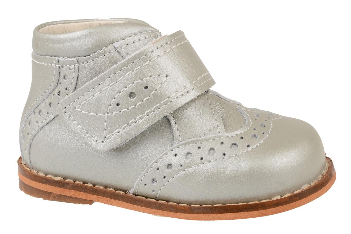Ботинки для девочки Тотто, цвет: серебристый. 09-КП. Размер 1609-КПБотинки для девочки Тотто - это ортопедическая обувь, которая помогает правильному формированию стопы ребенка. Такая обувь необходима в детском возрасте для коррекции стоп при плоскостопии и вальгусной деформации, а также для профилактики этих состояний. Она обеспечивает правильное распределение нагрузки на передний отдел стопы и пятку, за счет чего малыш лучше удерживает равновесие и чувствует себя более уверенно. Обувь Тотто идеально подходит для детей, которые только начали ходить.Верх ботинок выполнен из натуральной кожи. Подошва изготовлена из легкого, гибкого и прочного материала, она смягчает удары от соприкосновения обуви с поверхностью, защищая детскую ножку от травм. Внутренняя поверхность и стелька выполнены из натуральной кожи. Ботинки застегиваются с помощью ремешка на липучку, благодаря чему можно регулировать объем обуви. Модель дополнена перфорацией. Весь модельный ряд Тотто характеризует: плотный захват голеностопа, мягкие нейтрализующие швы, жесткий задник продлен до середины стопы, стельки со сводоподдерживающим эффектом, натуральная кожа.