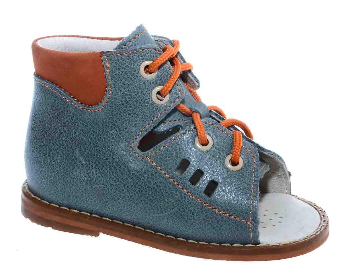 Сандалии для мальчика Тотто, цвет: голубой, оранжевый. 03-КП. Размер 2303-КПСандалии для мальчика Тотто - это ортопедическая обувь, которая помогает правильному формированию стопы ребенка. Такая обувь необходима в детском возрасте для коррекции стоп при плоскостопии и вальгусной деформации, а также для профилактики этих состояний. Она обеспечивает правильное распределение нагрузки на передний отдел стопы и пятку, за счет чего малыш лучше удерживает равновесие и чувствует себя более уверенно. Обувь Тотто идеально подходит для детей, которые только начали ходить.Верх сандалий выполнен из натуральной кожи. Подошва изготовлена из легкой, гибкой и прочной резины, она смягчает удары от соприкосновения обуви с поверхностью, защищая детскую ножку от травм. Внутренняя поверхность и стелька выполнены из натуральной кожи. Модель имеет открытый мысок и закрытую пятку. Благодаря шнуровке можно регулировать объем обуви. Весь модельный ряд Тотто характеризует: плотный захват голеностопа, мягкие нейтрализующие швы, жесткий задник продлен до середины стопы, стельки со сводоподдерживающим эффектом, натуральная кожа.