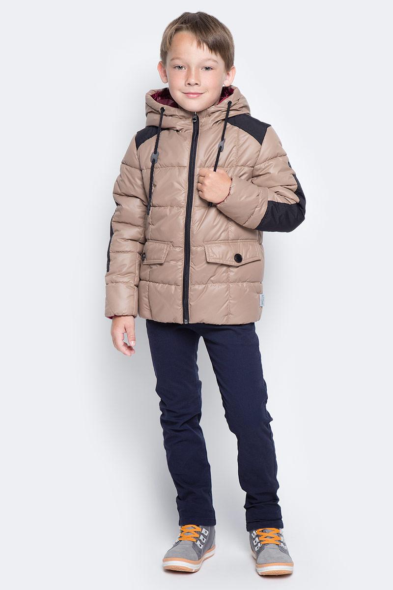 Куртка для мальчика Boom!, цвет: коричневый. 70336_BOB_вар.3. Размер 116, 5-6 лет70336_BOB_вар.3Куртка для мальчика Boom! изготовлена из полиэстера. В качестве утеплителя используется файбер. Куртка с капюшоном застегивается спереди на застежку-молнию. Капюшон дополнен затягивающимся шнурком. Изделие дополнено спереди двумя карманами с клапанами на пуговицах. Нижняя часть спинки дополнена фирменной нашивкой. Модель оформлена контрастными вставками на плечах и рукавах.
