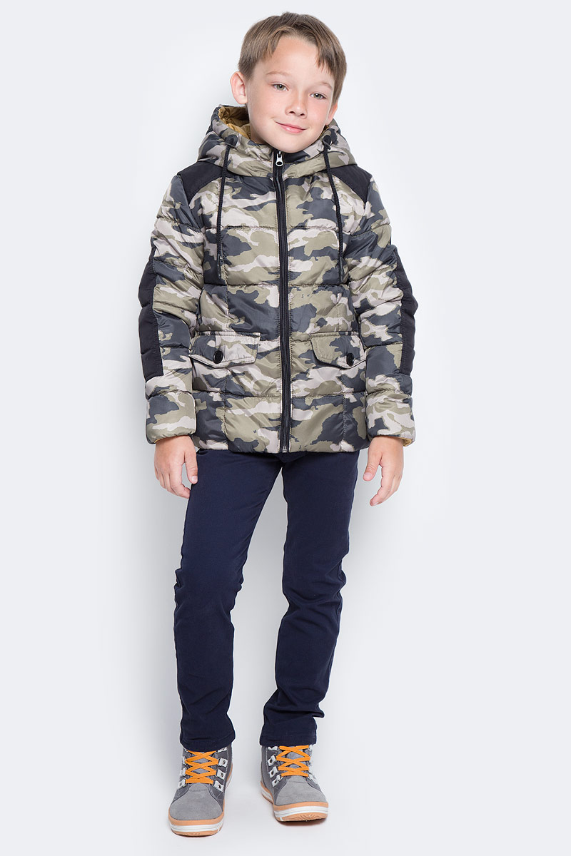 Куртка для мальчика Boom!, цвет: хаки. 70336_BOB_вар.2. Размер 158, 11-12 лет70336_BOB_вар.2Куртка для мальчика Boom! изготовлена из полиэстера. В качестве утеплителя используется файбер. Куртка с капюшоном застегивается спереди на застежку-молнию. Капюшон дополнен затягивающимся шнурком. Изделие дополнено спереди двумя карманами с клапанами на пуговицах. Нижняя часть спинки дополнена фирменной нашивкой. Модель оформлена контрастными вставками на плечах и рукавах.