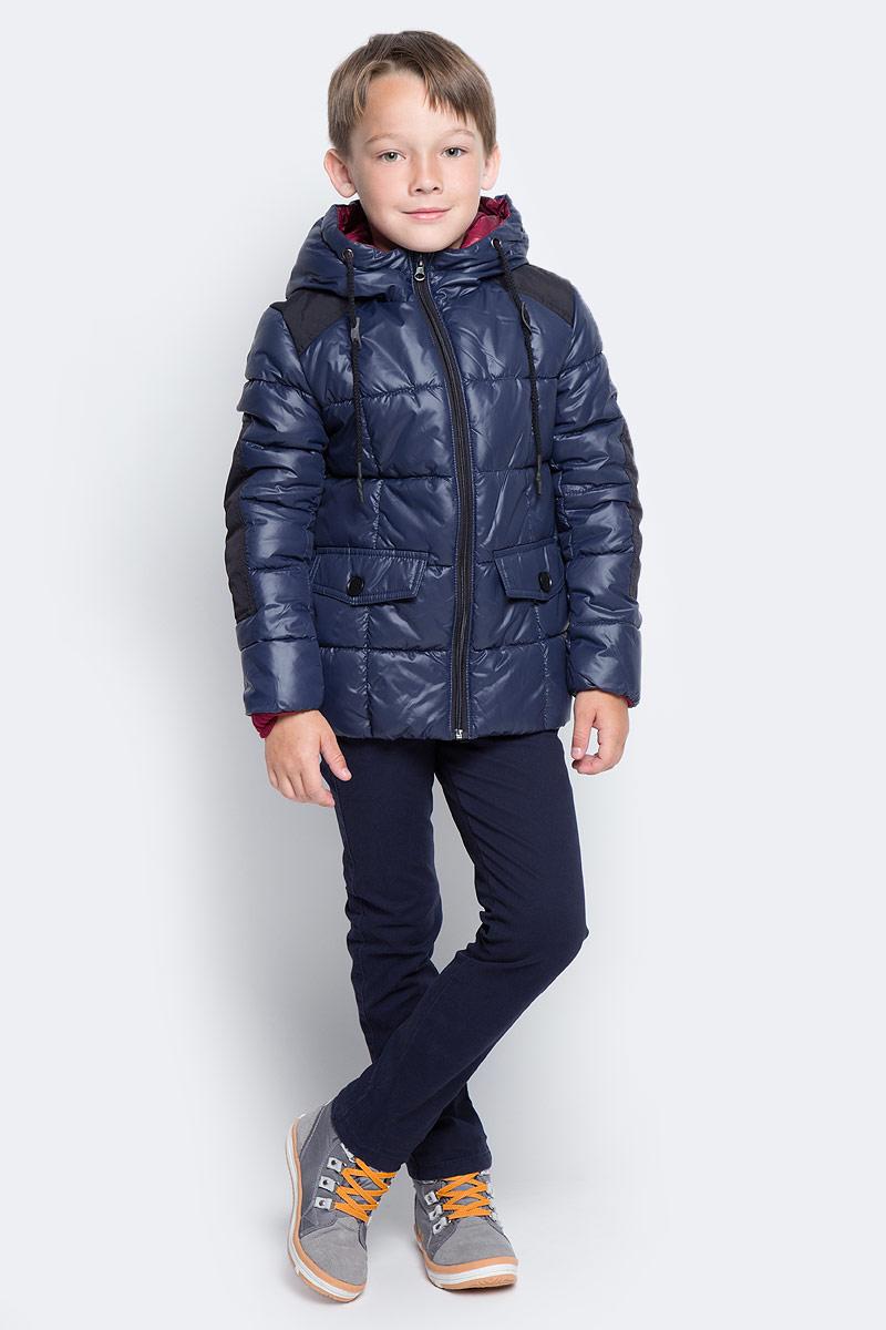 Куртка для мальчика Boom!, цвет: темно-синий. 70336_BOB_вар.1. Размер 116, 5-6 лет70336_BOB_вар.1Куртка для мальчика Boom! изготовлена из полиэстера. В качестве утеплителя используется файбер. Куртка с капюшоном застегивается спереди на застежку-молнию. Капюшон дополнен затягивающимся шнурком. Изделие дополнено спереди двумя карманами с клапанами на пуговицах. Нижняя часть спинки дополнена фирменной нашивкой. Модель оформлена контрастными вставками на плечах и рукавах.