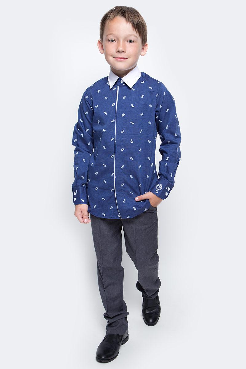 Рубашка для мальчика Gulliver, цвет: синий. 217GSBC2311. Размер 152217GSBC2311При всем богатстве выбора, купить рубашку для мальчика высокого качества не очень просто. Школьная рубашка должна отлично выглядеть, хорошо сидеть, соответствовать актуальной форме, быть всегда свежей, выглаженной и опрятной. Именно поэтому состав, плотность и текстура материала имеют большое значение! Рубашка с мелким рисунком - тренд сезона! Она не нарушает школьный дресс-код, но делает повседневный Look ярче и интереснее, создавая позитивное настроение. Контрастная отделка суппатной планки, белый воротник и деликатная фирменная вышивка на манжете придают модели выразительность и индивидуальность.