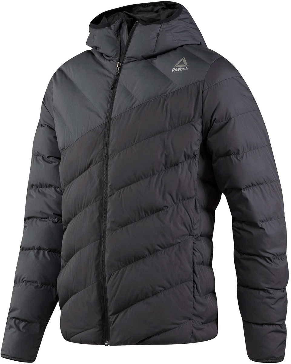 Куртка мужская Reebok Od Dwnlk Jckt, цвет: черный, серый. BR0451. Размер L (52/54)BR0451Мужская стеганая куртка Reebok выполнена из полиэстера. В качестве подкладки и утеплителя используется полиэстер. Модель с несъемным капюшоном застегивается на застежку-молнию. Спереди расположено два прорезных кармана. Куртка дополнена логотипом бренда.