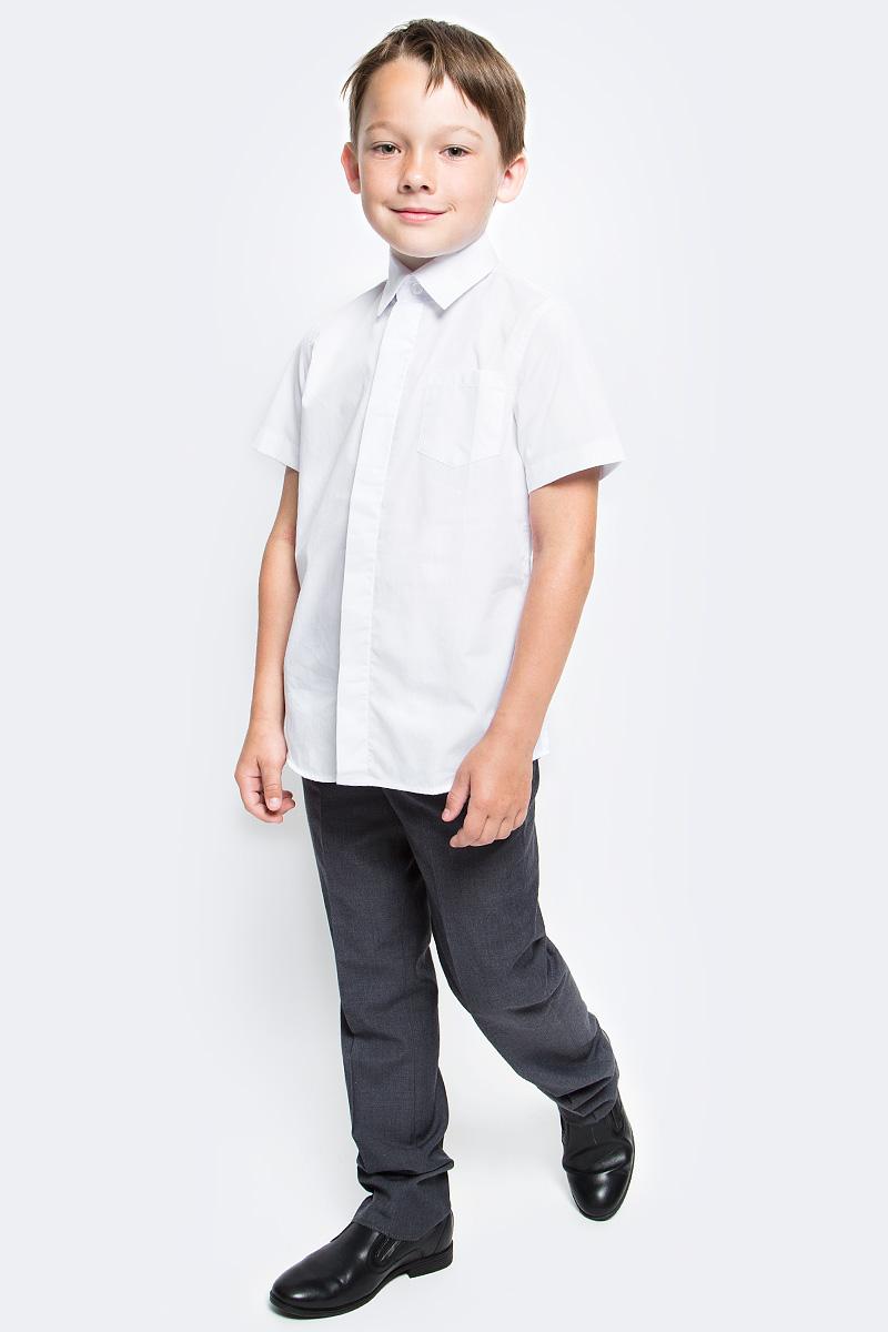 Рубашка для мальчика Gulliver, цвет: белый. 217GSBC2305. Размер 140217GSBC2305Школьная рубашка - классика жанра! Строгая, лаконичная, элегантная, белая рубашка для школы настроит на серьезный и ответственный подход к делу. Рубашка с коротким рукавом - прекрасное решение для жарких классов. Она не нарушит школьный дресс-код, но сделает каждый день ребенка комфортным. Школьная рубашка должна отлично выглядеть, хорошо сидеть, быть всегда свежей, выглаженной и опрятной. Именно поэтому состав, плотность и текстура материала имеют большое значение! Хорошее качество ткани, модный силуэт, актуальная форма воротника делают рубашку от Gulliver отличным решением на каждый день, позволяющим ребенку чувствовать себя уверенно и достойно. Купить белую рубашку стоит вместе с темным или ярким галстуком для создания завершенного образа ученика.