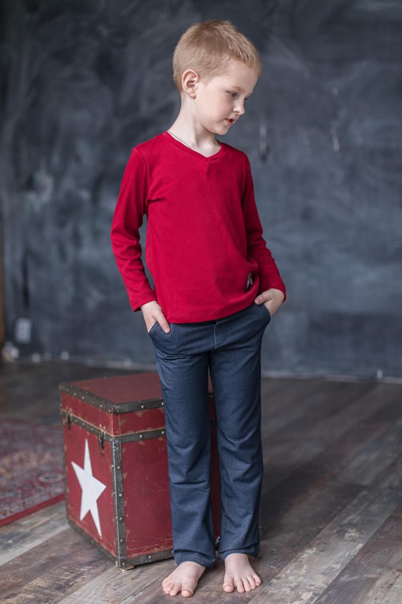 Брюки для мальчика Мамуляндия Music, цвет: темно-синий. 17-0302. Размер 11017-0302Брюки для мальчика Мамуляндия из коллекции Music изготовлены из трикотажного джинсового полотна высшего качества. Модель застегивается в поясе на кнопку. Спереди расположены два втачных кармана, сзади - два накладных.