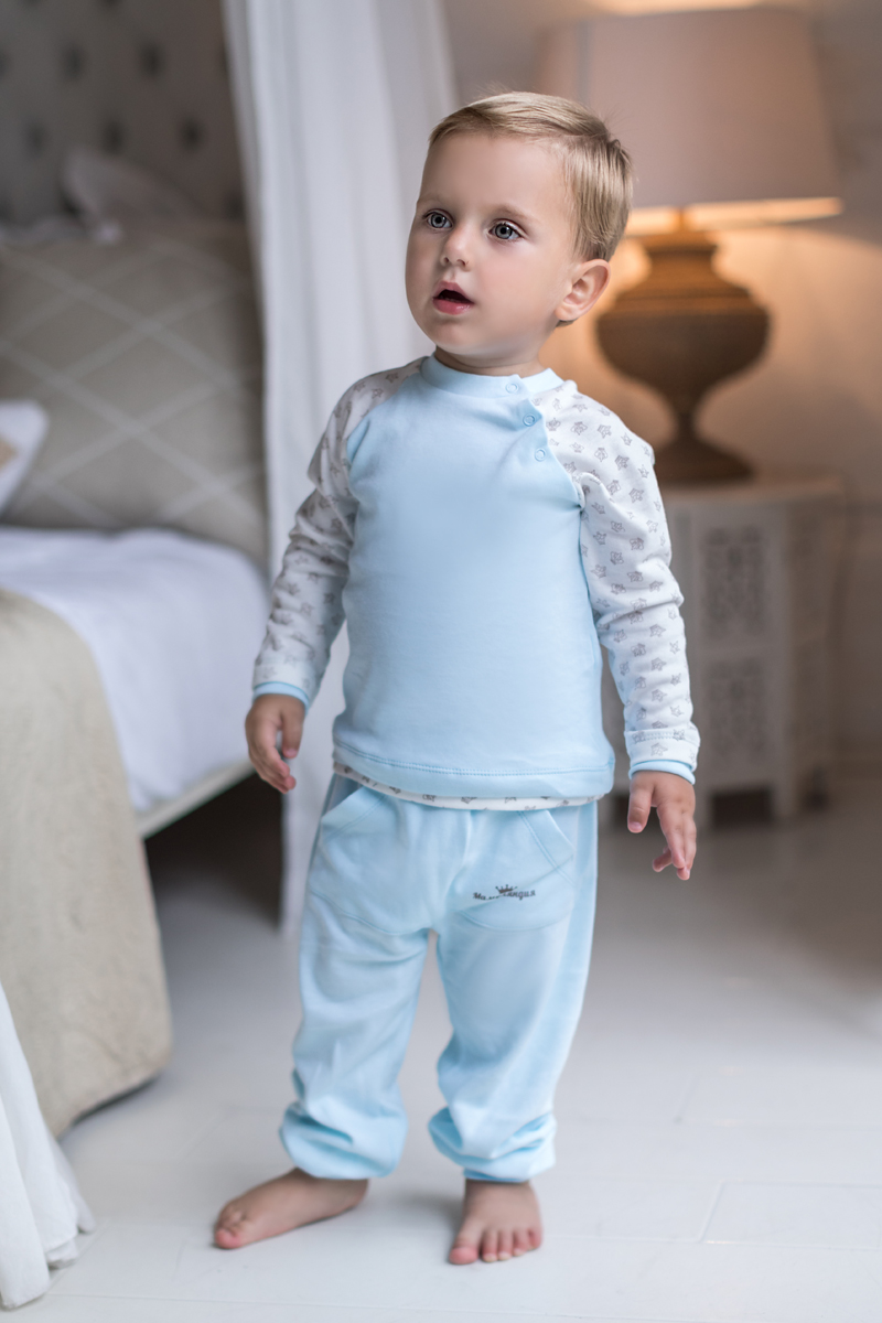Штанишки для мальчика Мамуляндия Маленький принц, цвет: голубой. 17-320. Размер 9217-320Штанишки для мальчика Мамуляндия из коллекции Маленький принц выполнены из интерлока-пенье. Модель имеет эластичный пояс. На брючинах предусмотрены манжеты. Спереди расположен карман кенгуру, украшенный гипоаллергенным принтом на водной основе.