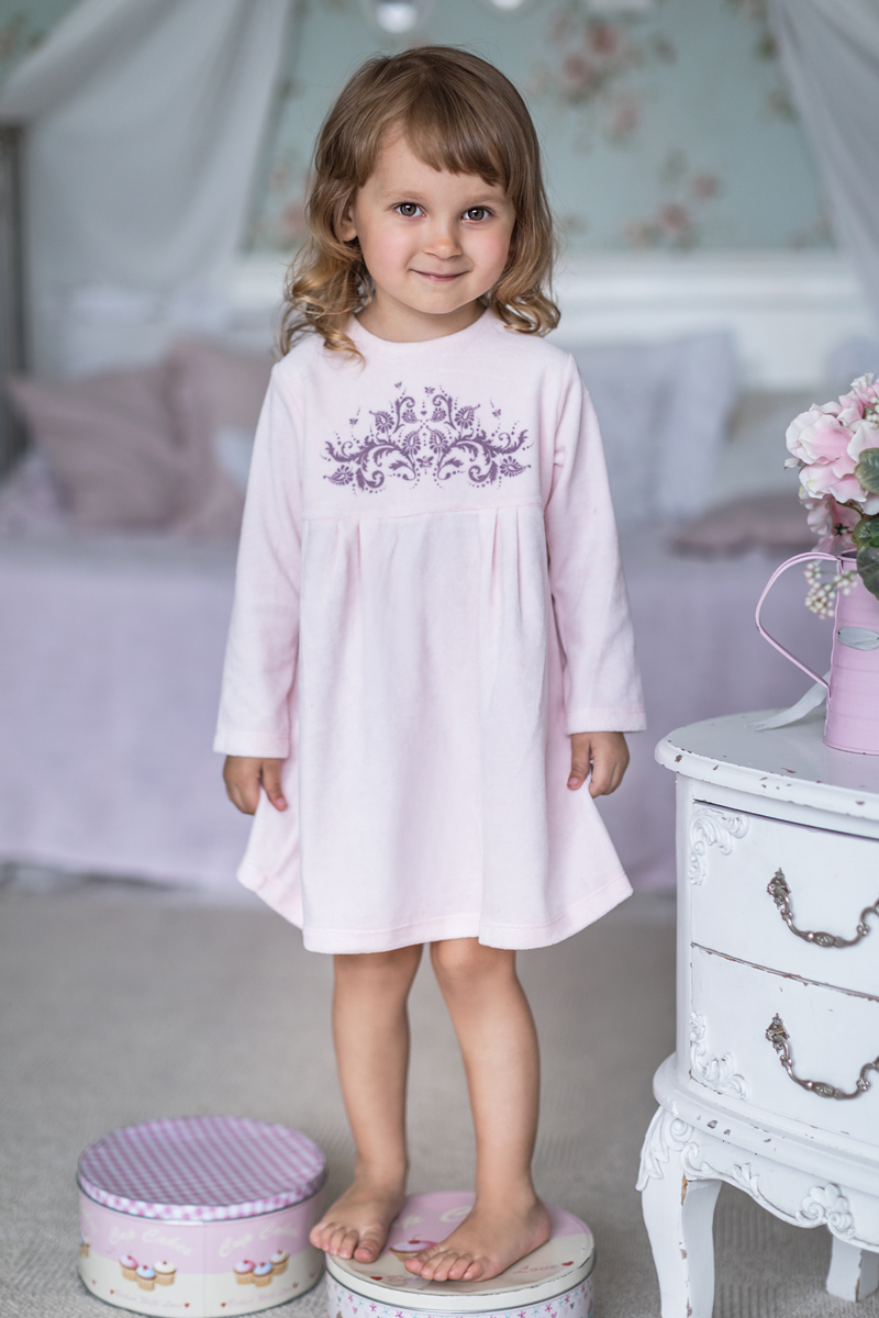 Платье для девочки Мамуляндия Ноктюрн, цвет: розовый. 17-413. Размер 6817-413Платье с длинным рукавом выполнено из велюра. Модель с круглым вырезом горловины сзади застегивается на кнопки.