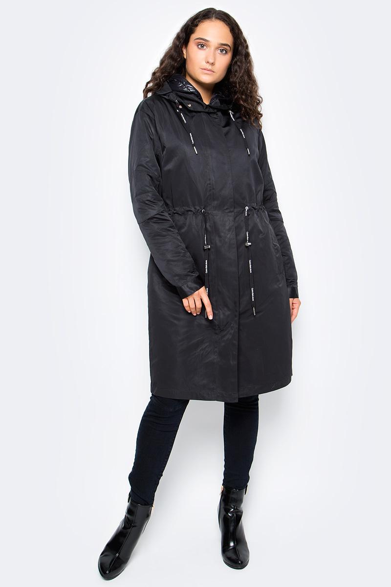 Пальто женское Calvin Klein Jeans, цвет: черный. J20J205485_0990. Размер XS (40/42)J20J205485_0990Стильное женское пальто Calvin Klein изготовлено из прочного полиэстер. Пальто с длинными рукавами и несъемным капюшоном, дополнено на поясе эластичным шнурком, и застегивается на пластиковую молнию. Спереди расположены два прорезных кармана. Изделие дополнено ветрозащитным клапаном.