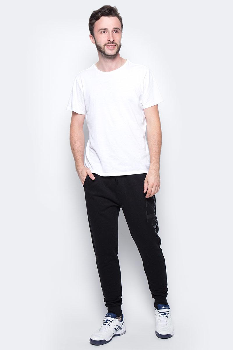 Брюки спортивные мужские Calvin Klein Jeans, цвет: черный. J30J305284_0990. Размер XXL (52)J30J305284_0990Удобные мужские спортивные брюки Calvin Klein, выполненные из хлопка, великолепно подойдут для отдыха, повседневной носки, а также для занятий спортом. Брюки зауженного к низу кроя и средней посадки имеют широкую эластичную резинку на поясе, объем талии регулируется при помощи шнурка-кулиски. Спереди изделие имеет два втачных кармана. Низ брючин дополнен широкими манжетами.