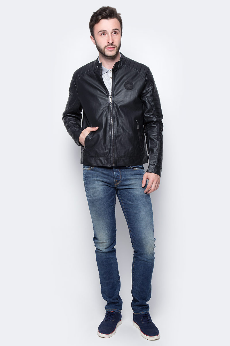 Куртка мужская Baon, цвет: черный. B536533. Размер L (50)B536533_BLACKМужская куртка Baon выполнена из полиуретана. В качестве подкладки используется полиэстер. Модель с длинными рукавами и воротником-стойкой застегивается на застежку-молнию. Низ рукавов дополнен манжетами на кнопках. Спереди расположено два прорезных кармана на застежке-молнии, а с внутренней стороны - два накладных кармана. Куртка оформлена фирменной нашивкой.
