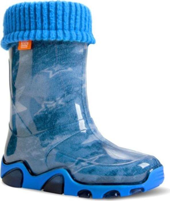 Резиновые сапоги для мальчика Demar, цвет: голубой. 0032 AC. Размер 24/250032 ACРезиновые сапоги Demar придутся по душе вам и вашему ребенку! Модель изготовлена из качественной резины и оформлена принтом. Главным преимуществом резиновых сапожек является наличие съемного чулка, выполненного из текстиля, который можно вынуть и легко просушить. Подошва с рифлением обеспечивает идеальное сцепление с любыми поверхностями. Такие чудесные сапожки займут достойное место в гардеробе вашего ребенка.
