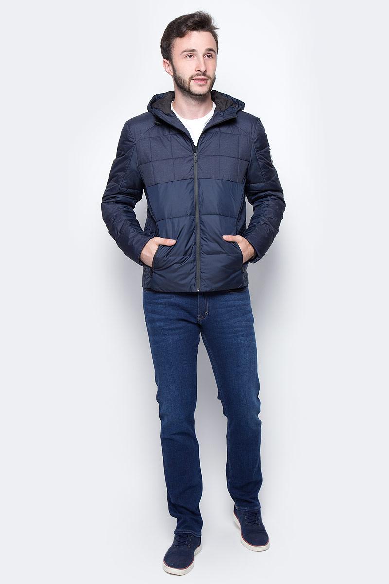 Куртка мужская Calvin Klein Jeans, цвет: синий. J30J306006_9020. Размер L (48/50)J30J306006_9020Удобная мужская куртка Calvin Klein согреет вас в прохладную погоду и позволит выделиться из толпы. Модель с длинными рукавами и капюшоном выполнена из полиэстера, и застегивается спереди на застежку-молнию. Спереди куртка дополнена двумя втачными карманами на застежках-молниях. Модель оформлена прострочкой.