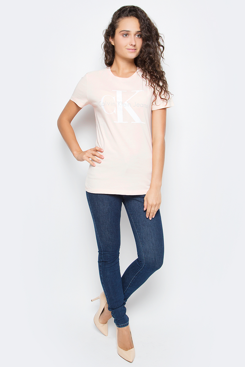Футболка женская Calvin Klein Jeans, цвет: бежевый. J20J204696_6720. Размер S (42/44)J20J204696_6720Футболка Calvin Klein Jeans выполнена из натурального хлопка и оформлена принтом с изображением логотипа бренда. Модель с круглым вырезом горловины и коротким рукавом выполнена в свободном покрое.