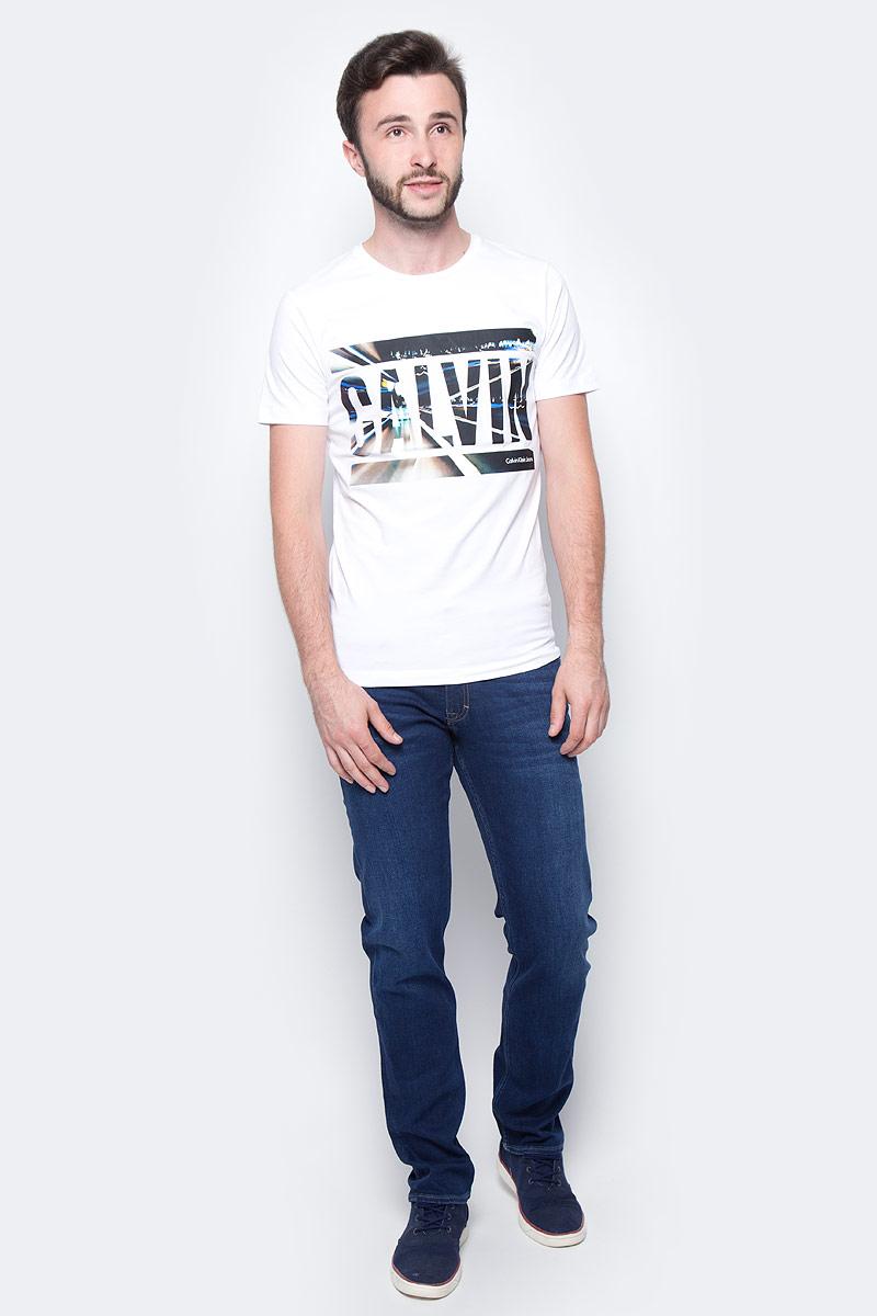 Футболка мужская Calvin Klein Jeans, цвет: белый. J30J305660_1120. Размер XL (50/52)J30J305660_1120Мужская футболка Calvin Klein Jeans выполнена из натурального хлопка с добавлением эластана. Модель с круглым вырезом горловины и короткими рукавами оформлена оригинальным принтом. Такая футболка станет стильным дополнением к вашему гардеробу, она подарит вам комфорт в течение всего дня.