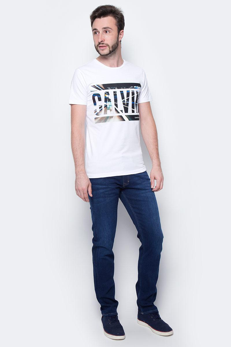 Джинсы мужские Calvin Klein Jeans, цвет: синий. J30J301412_9114. Размер 31 (46/48)J30J301412_9114Стильные мужские джинсы Calvin Klein выполнены из высококачественного материала. Модель прямого кроя со станартной посадкой. Джинсы застегиваются на металлическую пуговицу в поясе и ширинку на застежке-молнии, имеются шлевки для ремня. Джинсы имеют классический пятикарманный крой: спереди модель дополнена двумя втачными карманами и одним маленьким накладным кармашком, а сзади - двумя накладными карманами. Изделие оформлено прострочкой и фирменной нашивкой сзади.