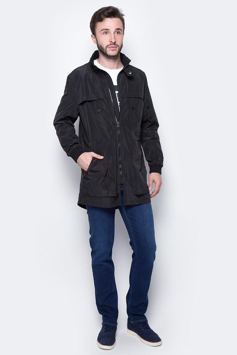 Куртка мужская Calvin Klein Jeans, цвет: черный. J30J305292_0990. Размер M (46/48)J30J305292_0990Удобная мужская куртка Calvin Klein согреет вас в прохладную погоду и позволит выделиться из толпы. Модель с длинными рукавами и воротником - стойкой выполнена из полиэстера, и застегивается спереди на застежку-молнию. Спереди куртка дополнена двумя накладными карманами и двумя втачными карманами на кнопках. Модель дополнена на поясе внутренним шнурком и на рукавах декоративными кнопками.