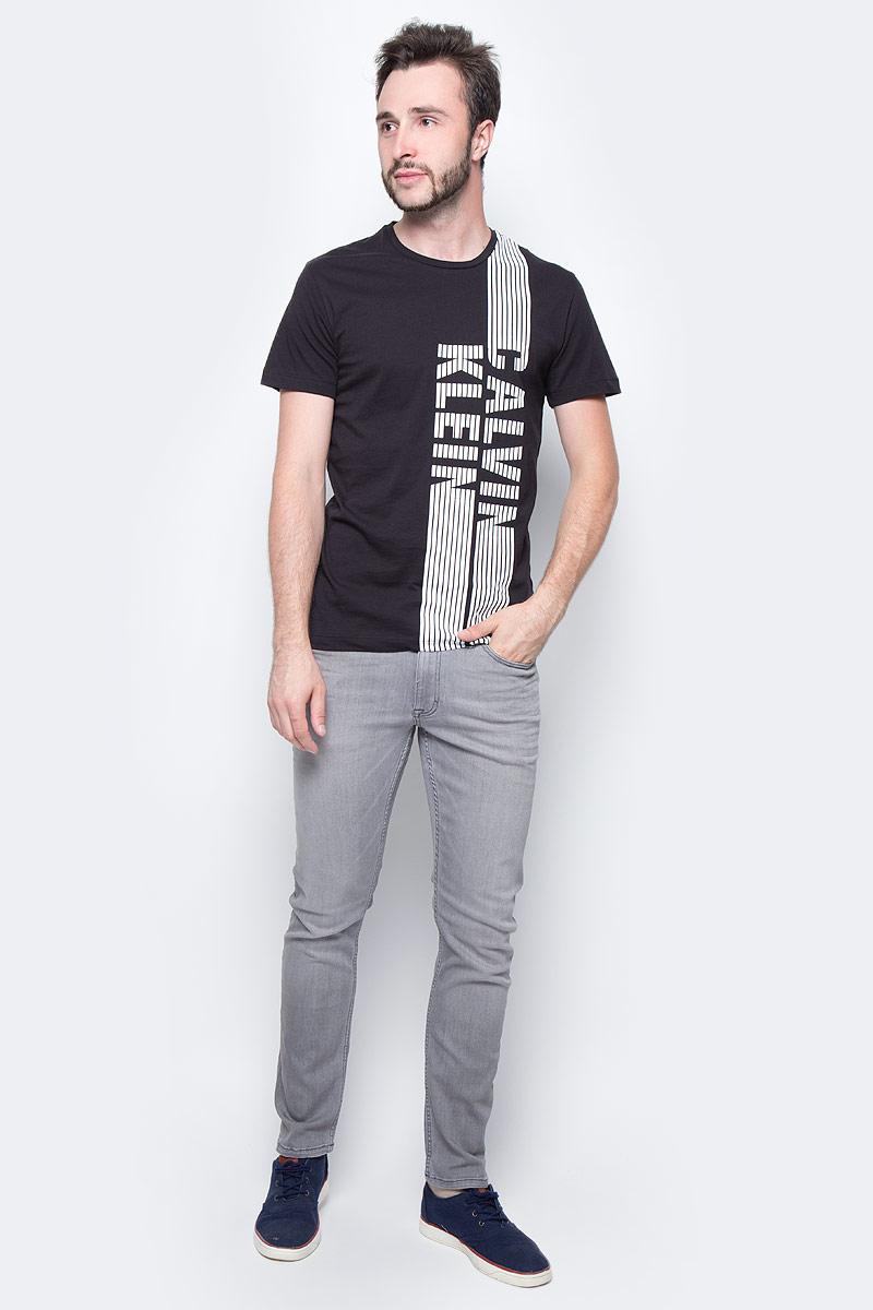 Футболка мужская Calvin Klein Jeans, цвет: черный. J30J305237_0990. Размер L (48/50)J30J305237_0990Мужская футболка Calvin Klein Jeans выполнена из натурального хлопка. Модель с круглым вырезом горловины и короткими рукавами оформлена оригинальным принтом. Такая футболка станет стильным дополнением к вашему гардеробу, она подарит вам комфорт в течение всего дня.