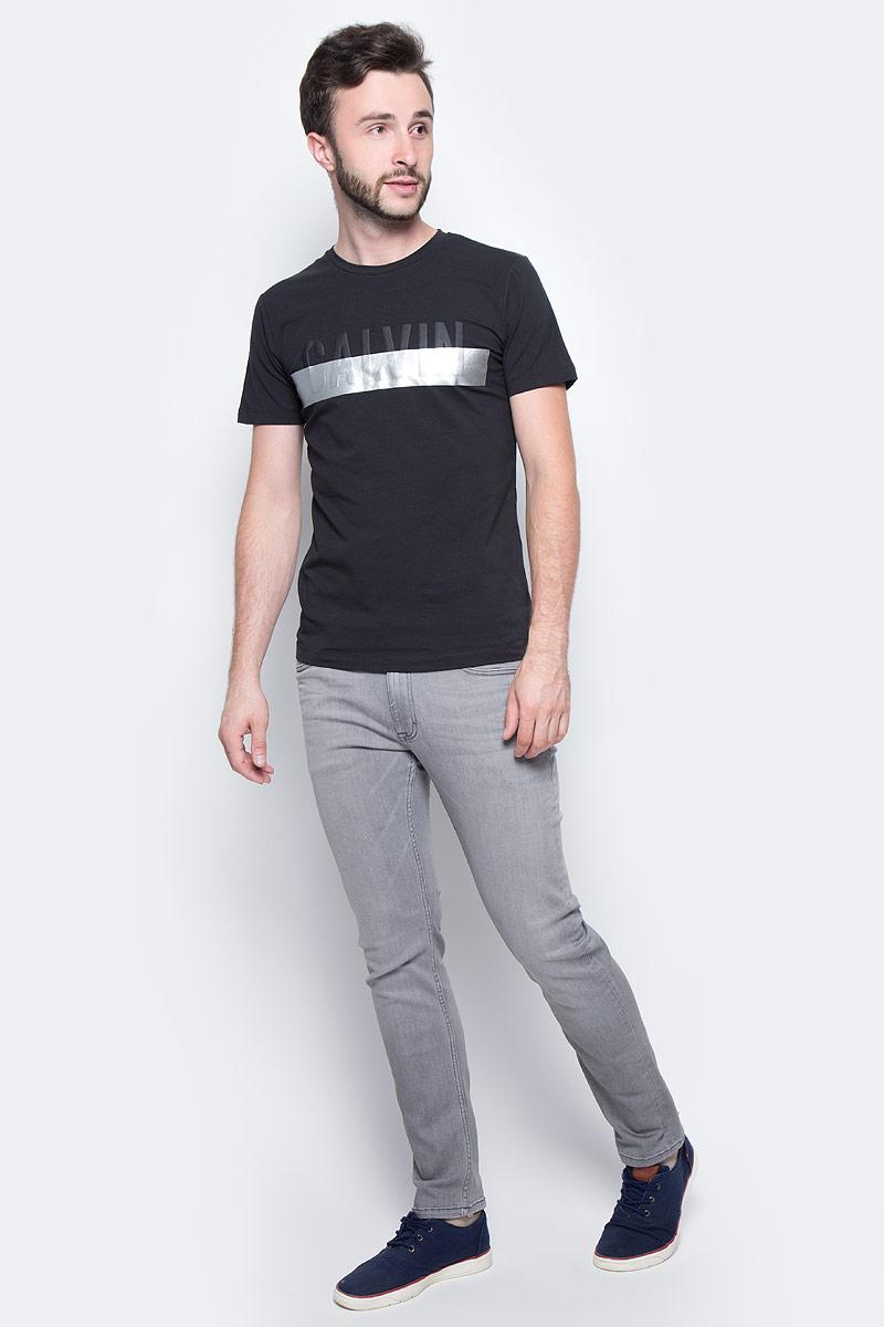 Футболка мужская Calvin Klein Jeans, цвет: черный. J30J305234_0990. Размер XXL (52/54)J30J305234_0990Мужская футболка Calvin Klein Jeans выполнена из натурального хлопка с добавлением эластана. Модель с круглым вырезом горловины и короткими рукавами оформлена оригинальным принтом. Такая футболка станет стильным дополнением к вашему гардеробу, она подарит вам комфорт в течение всего дня.