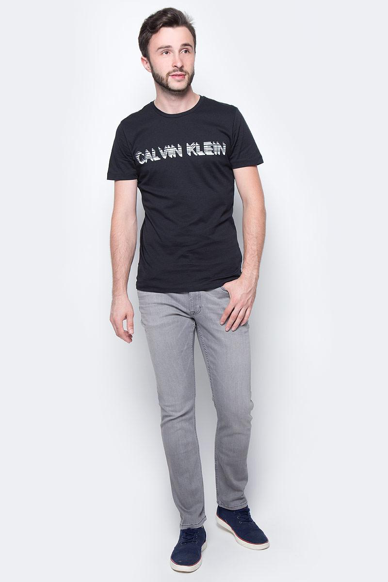 Футболка мужская Calvin Klein Jeans, цвет: черный. J30J305968_0990. Размер M (46/48)J30J305968_0990Мужская футболка Calvin Klein Jeans выполнена из натурального хлопка. Модель с круглым вырезом горловины и короткими рукавами оформлена оригинальным принтом. Такая футболка станет стильным дополнением к вашему гардеробу, она подарит вам комфорт в течение всего дня.