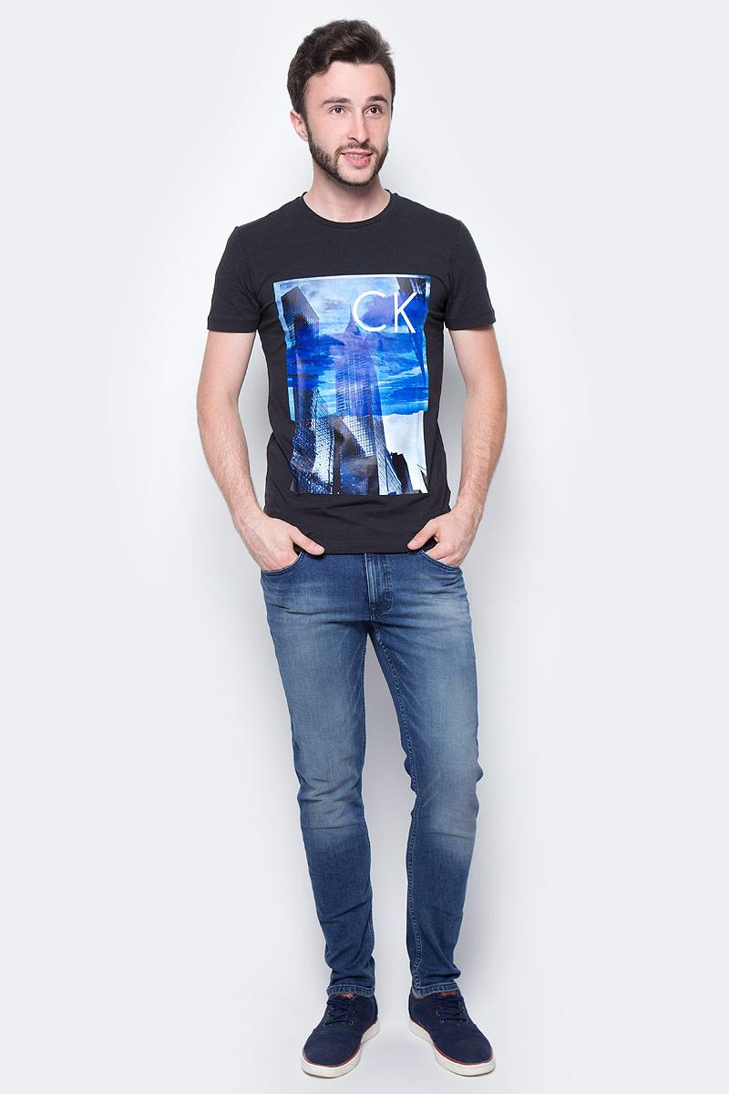 Футболка мужская Calvin Klein Jeans, цвет: черный. J30J305218_0990. Размер L (48/50)J30J305218_0990Мужская футболка Calvin Klein Jeans выполнена из натурального хлопка с добавлением эластана. Модель с круглым вырезом горловины и короткими рукавами оформлена оригинальным принтом. Такая футболка станет стильным дополнением к вашему гардеробу, она подарит вам комфорт в течение всего дня.