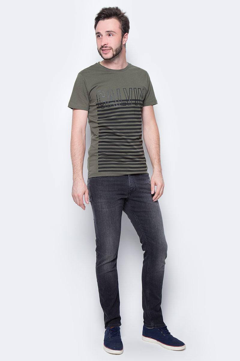 Футболка мужская Calvin Klein Jeans, цвет: зеленый. J30J305542_3660. Размер M (46/48)J30J305542_3660Мужская футболка Calvin Klein с короткими рукавами и круглым воротником выполнена из натурального хлопка. Изделие дополнено стильным принтом.