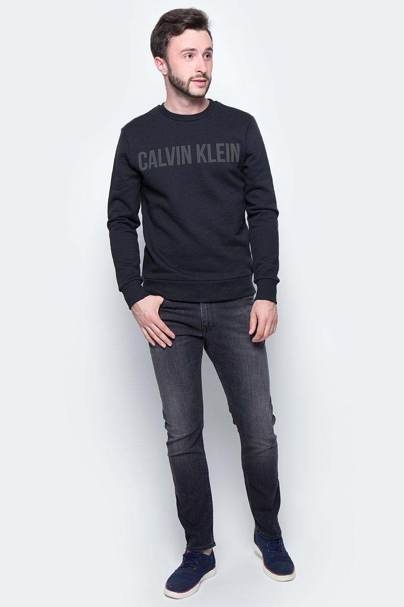 Джинсы мужские Calvin Klein Jeans, цвет: черный. J30J305256_9033. Размер 28 (42)J30J305256_9033Стильные мужские джинсы Calvin Klein выполнены из натурального хлопка с добавлением эластана и полиэстера. Модель прямого кроя со стандартной посадкой. Джинсы застегиваются на металлическую пуговицу в поясе и ширинку на застежке-молнии, имеются шлевки для ремня. Джинсы имеют классический пятикарманный крой: спереди модель дополнена двумя втачными карманами и одним маленьким накладным кармашком, а сзади - двумя накладными карманами. Изделие оформлено прострочкой и фирменной нашивкой сзади.