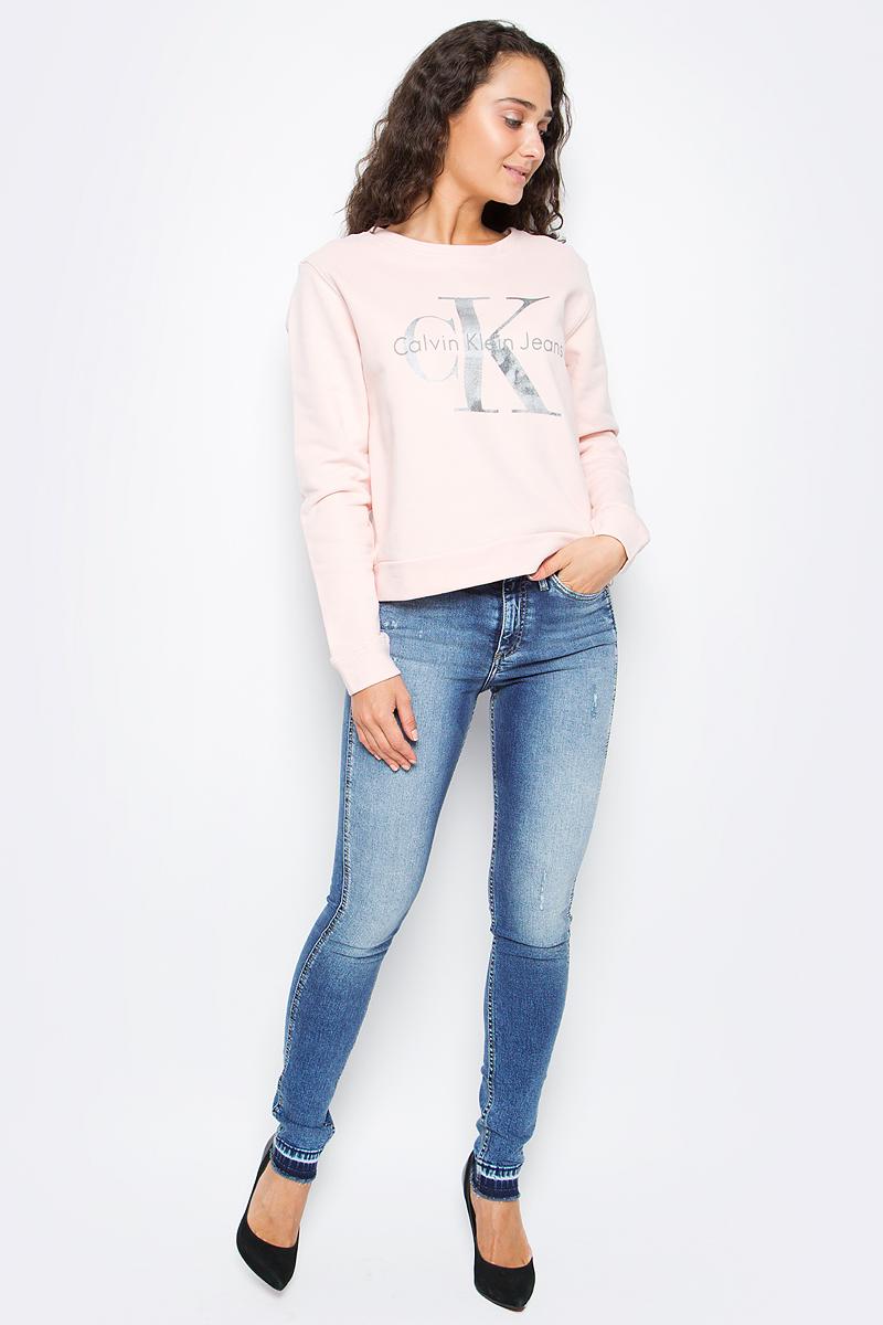 Джинсы женские Calvin Klein Jeans, цвет: синий. J20J205788_9113. Размер 26 (38/40)J20J205788_9113Стильные женские джинсы Calvin Klein выполнены из натурального хлопка с добавлением эластана. Модель прямого кроя со стандартной посадкой. Джинсы застегиваются на металлическую пуговицу в поясе и ширинку на застежке-молнии, имеются шлевки для ремня. Джинсы имеют классический пятикарманный крой: спереди модель дополнена двумя втачными карманами и одним маленьким накладным кармашком, а сзади - двумя накладными карманами. Изделие оформлено прострочкой и фирменной нашивкой сзади.