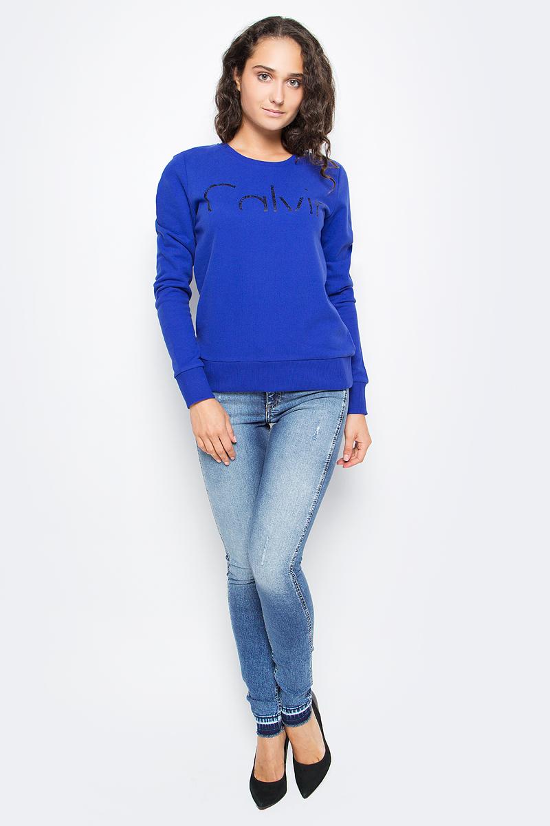 Джемпер женский Calvin Klein Jeans, цвет: синий. J20J205358_4990. Размер L (46/48)J20J205358_4990Удобный женский джемпер Calvin Klein изготовлен из натурального хлопка. Модель с круглым вырезом горловины и длинными рукавами дополнена принтом. Вырез горловины, низ и манжеты дополнены эластичной резинкой.