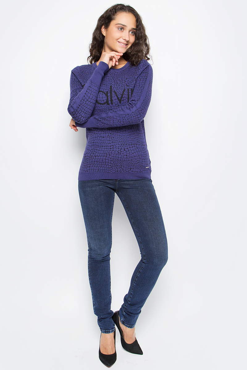 Джинсы женские Calvin Klein Jeans, цвет: синий. J20J205481_9023. Размер 28 (42/44)J20J205481_9023Стильные женские джинсы Calvin Klein выполнены из высококачественного материала. Модель прямого кроя со станартной посадкой. Джинсы застегиваются на металлическую пуговицу в поясе и ширинку на застежке-молнии, имеются шлевки для ремня. Джинсы имеют классический пятикарманный крой: спереди модель дополнена двумя втачными карманами и одним маленьким накладным кармашком, а сзади - двумя накладными карманами. Изделие оформлено прострочкой и фирменной нашивкой сзади.