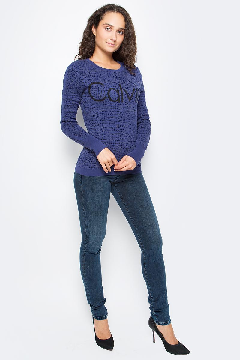 Джемпер женский Calvin Klein Jeans, цвет: синий. J20J205359_0990. Размер XL (48/50)J20J205359_0990Удобный женский джемпер Calvin Klein изготовлен из натурального хлопка с добавлением полиамида. Модель с круглым вырезом горловины и длинными рукавами дополнена принтом. Вырез горловины, низ и манжеты дополнены эластичной резинкой.