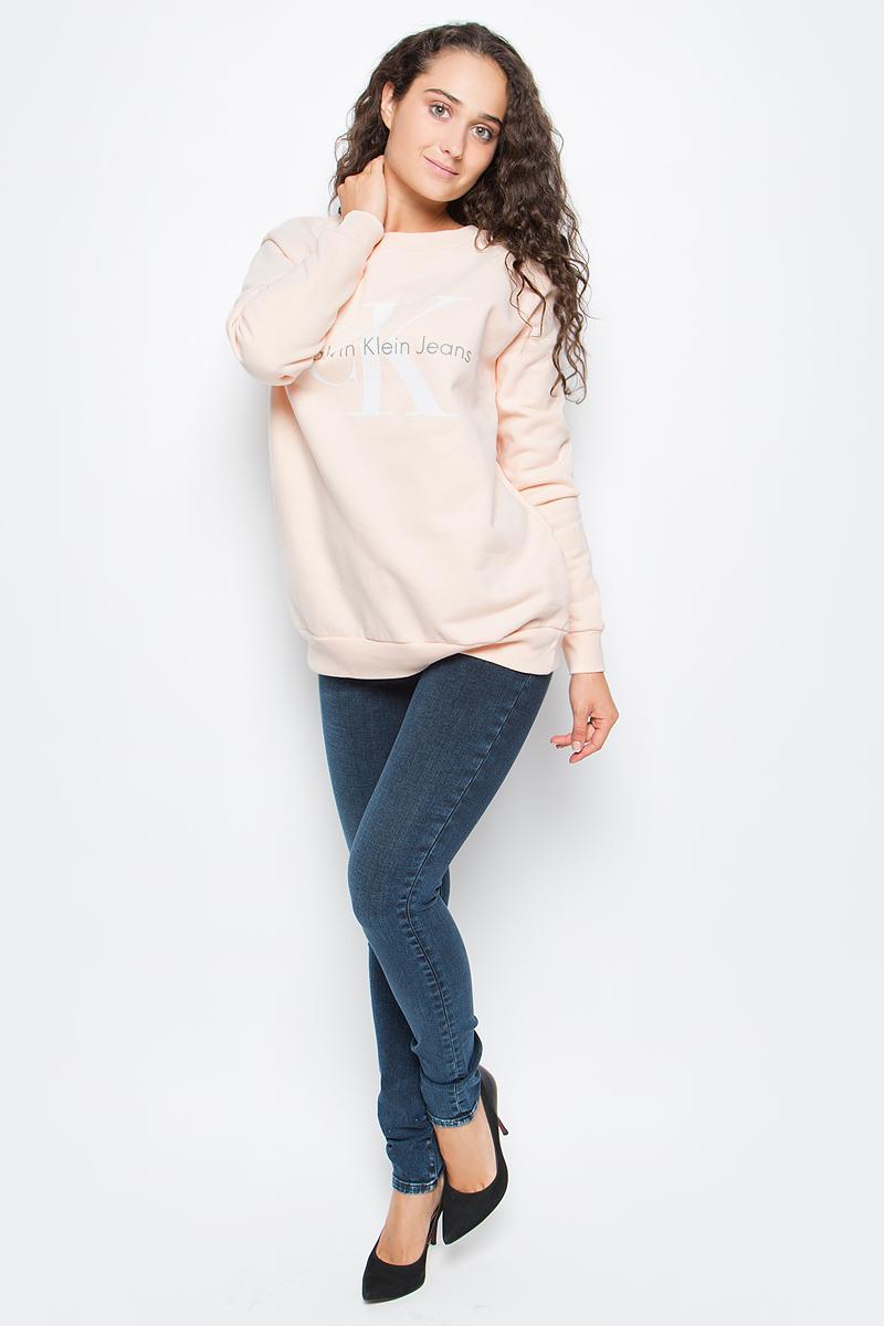 Джемпер женский Calvin Klein Jeans, цвет: бежевый. J20J204695_6720. Размер L (46/48)J20J204695_6720Оригинальный женский джемпер Calvin Klein выполнен из натурального хлопка. Модель с круглым вырезом горловины и длинными рукавами оформлена оригинальным принтом. Низ изделия, манжеты и горловина дополнены эластичной резинкой.