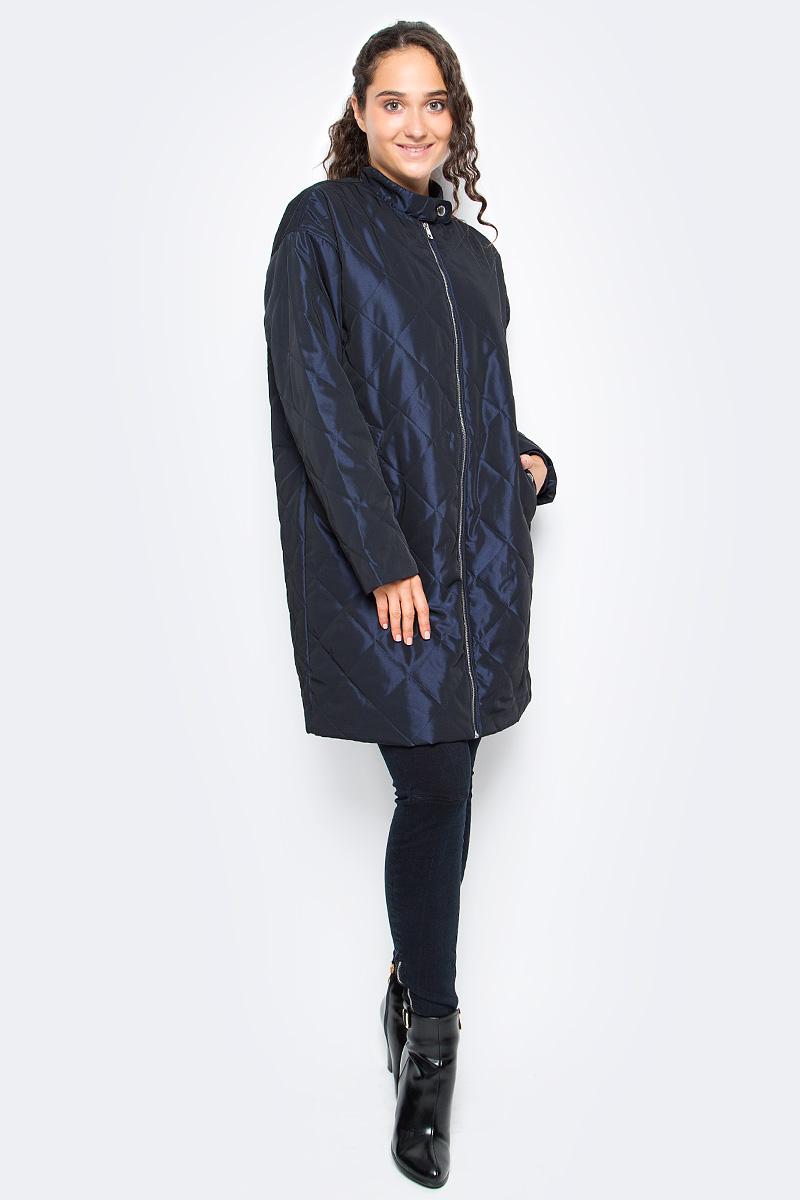 Пальто женское Calvin Klein Jeans, цвет: синий. J20J205371_4980. Размер L (46/48)J20J205371_4980Удобная женская куртка Calvin Klein согреет вас в прохладную погоду и позволит выделиться из толпы. Модель с длинными рукавами и воротником - стойкой выполнена из полиэстера, и застегивается спереди на застежку-молнию. Спереди куртка дополнена двумя втачными карманами. Модель оформлена прострочкой и на спине фирменной вышивкой.