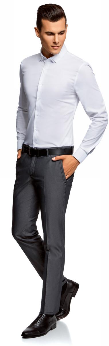 Брюки мужские oodji Lab, цвет: черный. 2L210199M/39547N/2900O. Размер 44 (52-182)2L210199M/39547N/2900OМужские брюки oodji изготовлены из натурального хлопка с добавлением полиэстера. Брюки застегиваются на молнию и пуговицу в ширинке. Модель-слим дополнена врезными карманами по бокам и сзади.
