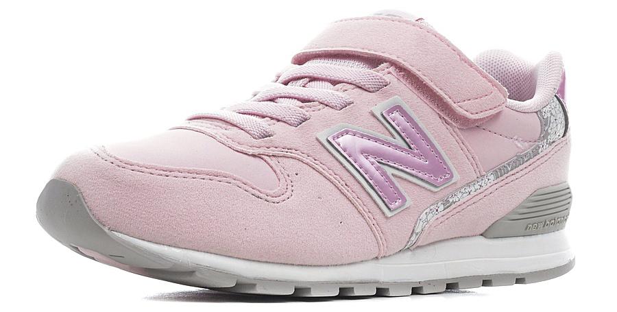 Кроссовки для девочек New Balance 996, цвет: розовый, белый. KV996F1Y/M. Размер 31KV996F1Y/MДетские кроссовки от New Balance выполнены из нубука и дышащего текстиля. Модель на ноге фиксируется при помощи классической шнуровки и ремешка на липучке. Подкладка и стелька из текстиля гарантируют комфорт при носке. Гибкая и мягкая резиновая подошва долговечна и обеспечивает высокую устойчивость к деформациям, амортизация обеспечит высокий комфорт во время ежедневного использования.