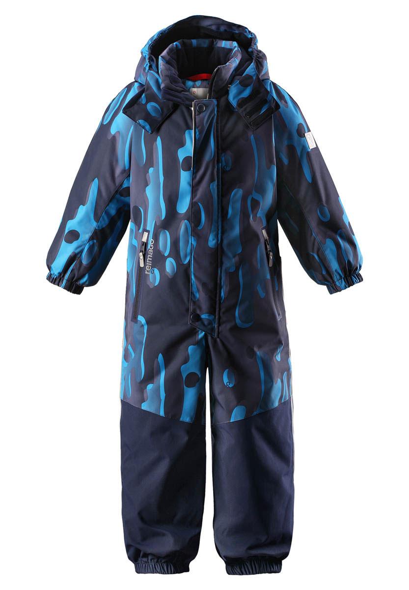 Комбинезон детский Reima Reimatec Tornio, цвет: темно-синий, синий. 520209B6984. Размер 122520209B6984Абсолютно непромокаемый и прочный детский зимний комбинезон Reimatec с полностью проклеенными швами. Суперпрочные усиления на задней части, коленях и концах брючин. Этот практичный комбинезон изготовлен из ветронепроницаемого и дышащего материала, поэтому вашему ребенку будет тепло и сухо, к тому же он не вспотеет. Комбинезон снабжен гладкой подкладкой из полиэстера. В этом комбинезоне прямого кроя талия при необходимости легко регулируется, что позволяет подогнать комбинезон точно по фигуре. А еще он снабжен эластичным пояском сзади, эластичными манжетами на рукавах и концах брючин, которые регулируются застежкой на кнопках. Внутри комбинезона имеются удобные подтяжки, благодаря которым дети могут снять верхнюю часть, например, во время похода в магазин. Подтяжки поддерживают верхнюю часть на бедрах, обеспечивая комфорт при входе в помещение и не позволяя комбинезону тащится по полу. Съемный и регулируемый капюшон защищает от пронизывающего ветра, а еще он безопасен во время игр на свежем воздухе. Кнопки легко отстегиваются, если капюшон случайно за что-нибудь зацепится. Съемные силиконовые штрипки не дают концам брючин задираться, бегай сколько хочешь! Два кармана на молнии и специальный карман для сенсора ReimaGO. Материал имеет грязеотталкивающую поверхность, и при этом его можно сушить в сушильной машине. Светоотражающие детали довершают образ.Средняя степень утепления.