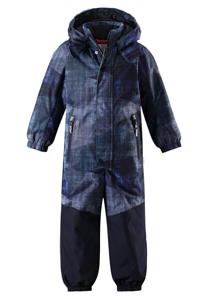Комбинезон детский Reima Reimatec Tornio, цвет: синий. 520209B6982. Размер 122520209B6982Абсолютно непромокаемый и прочный детский зимний комбинезон Reimatec с полностью проклеенными швами. Суперпрочные усиления на задней части, коленях и концах брючин. Этот практичный комбинезон изготовлен из ветронепроницаемого и дышащего материала, поэтому вашему ребенку будет тепло и сухо, к тому же он не вспотеет. Комбинезон снабжен гладкой подкладкой из полиэстера. В этом комбинезоне прямого кроя талия при необходимости легко регулируется, что позволяет подогнать комбинезон точно по фигуре. А еще он снабжен эластичным пояском сзади, эластичными манжетами на рукавах и концах брючин, которые регулируются застежкой на кнопках. Внутри комбинезона имеются удобные подтяжки, благодаря которым дети могут снять верхнюю часть, например, во время похода в магазин. Подтяжки поддерживают верхнюю часть на бедрах, обеспечивая комфорт при входе в помещение и не позволяя комбинезону тащится по полу. Съемный и регулируемый капюшон защищает от пронизывающего ветра, а еще он безопасен во время игр на свежем воздухе. Кнопки легко отстегиваются, если капюшон случайно за что-нибудь зацепится. Съемные силиконовые штрипки не дают концам брючин задираться, бегай сколько хочешь! Два кармана на молнии и специальный карман для сенсора ReimaGO. Материал имеет грязеотталкивающую поверхность, и при этом его можно сушить в сушильной машине. Светоотражающие детали довершают образ.Средняя степень утепления.