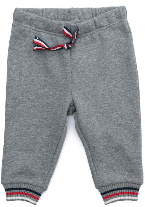 Брюки спортивные для мальчика PlayToday, цвет: серый. 377822. Размер 62377822Спортивные брюки PlayToday выполнены из натурального хлопка. Пояс модели на широкой удобной резинке, не сдавливающей живот ребенка, дополнен регулируемым шнуром-кулиской. Низ брючин на манжетах для дополнительного сохранения тепла.