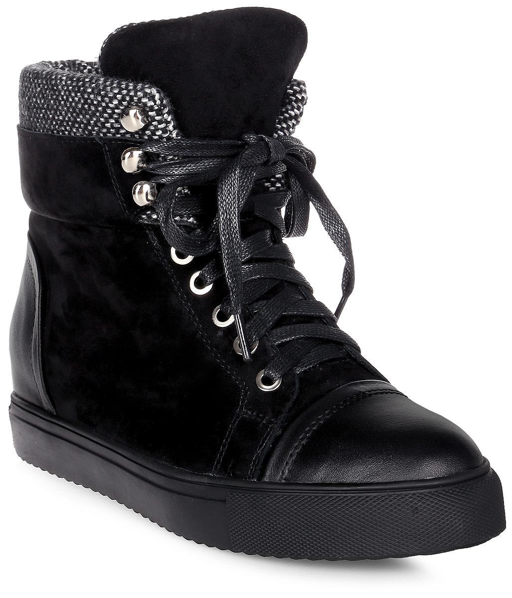 Ботинки женские Vitacci, цвет: черный. 45412. Размер 3945412Удобные женские ботинки от Vitacci изготовлены из натуральной замши. Модель выполнена с практичной шнуровкой. Практичная стелька из текстиля обеспечит комфорт при носке. Подошва дополнена рифлением.