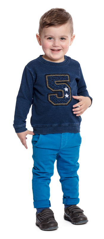 Свитшот для мальчика PlayToday Baby, цвет: синий. 377020. Размер 80377020Практичный свитшот PlayToday Baby, изготовленный из качественного материала, - отличное дополнение к повседневному гардеробу каждого мальчика. Модель свободного кроя, не сковывающая движений ребенка, оформлена аппликацией и дополнена кнопками на плече для легкого переодевания ребенка. Круглый вырез горловины, манжеты рукавов и низ изделия дополнены мягкими трикотажными резинками.