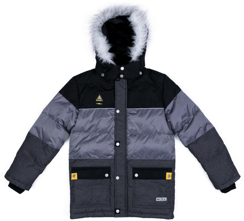 Куртка для мальчика Scool, цвет: серый, черный, зеленый. 373051. Размер 134373051Теплая куртка Scool из ткани с водоотталкивающей пропиткой - отличное решение для холодной погоды. Капюшон на кнопках, при необходимости его можно отстегнуть. Контур капюшона декорирован искусственным мехом. Подкладка из теплого флиса яркого цвета. Модель со снегозащитной юбкой. Низ изделия дополнен регулируемым шнуром-кулиской. Куртка дополнена накладными карманами.