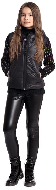 Жилет утепленный для девочки Scool, цвет: черный. 374004. Размер 146374004Утепленный стеганый жилет Scool с капюшоном - отличное решение для прохладной погоды. Модель из водоотталкивающей ткани. Пройма рукавов на мягкой резинке, что позволяет сохранять тепло. Жилет на молнии, специальный карман для фиксации бегунка у горловины изделия не позволит застежке травмировать нежную детскую кожу. Подкладка - из мягкого трикотажа, прекрасно впитывает лишнюю влагу. Модель с удлиненной спинкой, дополнена вшивными карманами на липучках. Капюшон на мягкой резинке - даже во время активных игр капюшон не упадет с головы ребенка. Модель на плечах декорирована вставками из искусственной кожи. В качестве декора использована яркая небольшая аппликация.
