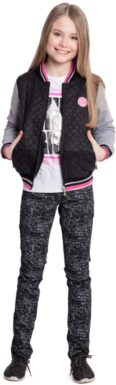 Куртка для девочки Scool, цвет: черный, серый. 374017. Размер 140374017Эффектная стеганая куртка Scool - отличное решение для прогулок в прохладную погоду. Модель с трикотажными рукавами застегивается на молнию. Горловина, низ и манжеты на мягких трикотажных резинках. В качестве декора использован яркий принт. Куртка дополнена вшивными карманами на молнии.