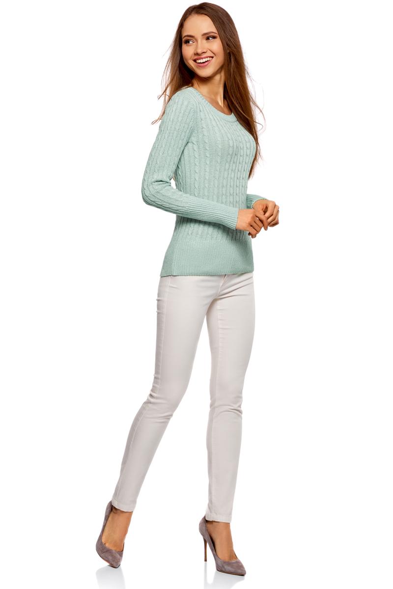 Джемпер женский oodji Ultra, цвет: голубой металлик. 63807303/45960/7000X. Размер XS (42)63807303/45960/7000XКлассический полуприлегающий джемпер фактурной вязки с люрексом. Мягкая пряжа, плотная вязка и полукруглая горловина, длинный вшивной рукав – то, что нужно для холодных дней. Эта модель подарит вам необходимое тепло и комфорт. Вязка «косичкой» зрительно вытягивает и стройнит силуэт, а мягкий блеск люрекса привлекает внимание к фигуре. Универсальный джемпер идеально впишется в ваш гардероб в стиле casual. Он прекрасно подойдет для прогулок по городу, отдыха, поездок на природу. Его можно надеть на работу, в гости, на вечеринку. Чтобы еще больше разнообразить свой повседневный образ, джемпер можно надевать поверх рубашки. Мягкий вязаный джемпер хорошо сочетается с юбками брюками, шортами. К комплекту можно надеть любую обувь – туфли, ботинки, сапоги. Эта базовая деталь гардероба быстро станет вашей любимой вещью.