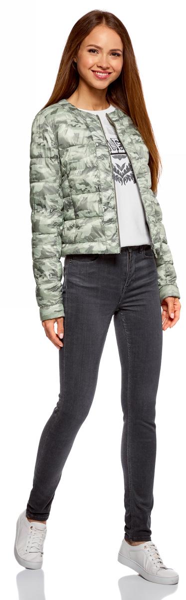 Куртка женская oodji Ultra, цвет: светло-зеленый, темно-серый. 10203050B/42257/6025O. Размер 42-170 (48-170)10203050B/42257/6025OУтепленная демисезонная куртка выполнена из полиэстера. Укороченная модель без воротника застегивается на аккуратную молнию. Куртка украшена горизонтальной стежкой и смотрится выразительно благодаря нежному принту из изящных, тонких линий. Дизайн лаконичный и стильный, с ярко выраженным характером. Модель создает легкое настроение. Она будет прекрасно сочетаться с вещами в романтическом стиле. Такую куртку хорошо дополнят джинсы или юбка, стильная обувь на устойчивом каблуке или без него, на удобной танкетке. Романтичный характер подчеркнет воздушный шарфик или платок.